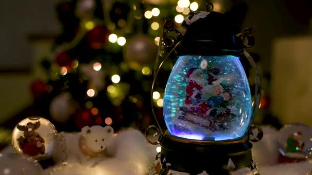 Weihnachtsdekoration, Snow Dome, Globus mit Tischdekoration, Santaclaus auf Schlitten mit Kind im Winter-Szene mit Schneeflocken, Schneekugel Rentiere und Eisbären, Baum im Hintergrund
