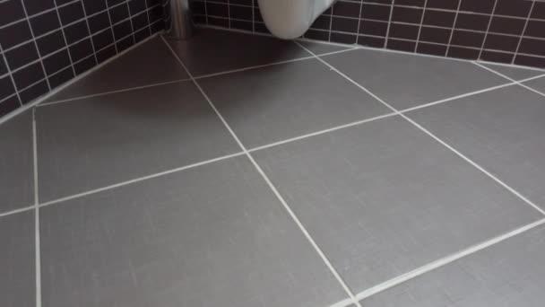 WC-csésze, mosdó modern fürdőszoba, fekete és szürke csempe, 4k Uhd, alacsony szögű daru shot