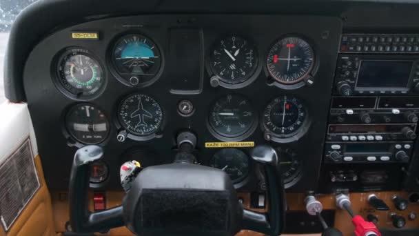 Nahaufnahme des Armaturenbretts in kleinen Sportflugzeugen, leichtes Sportflugzeugcockpit mit Instrumententafel