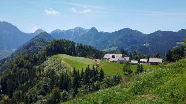 Horská krajina, Alpy ve Slovinsku se zemědělskou a kvetoucí loukami