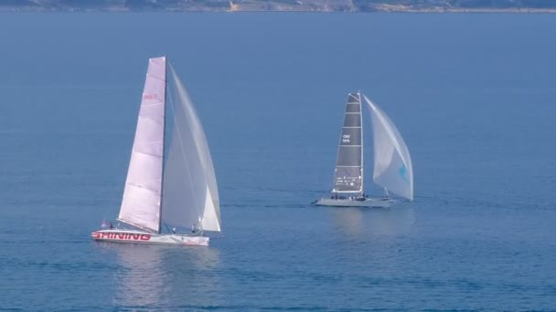 Plachetnice u pobřeží soutěžit v regatě