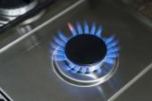 Hořící plyn, plynový sporák hořák, sporák v kuchyni. Modrý plyn sporák ve tmě