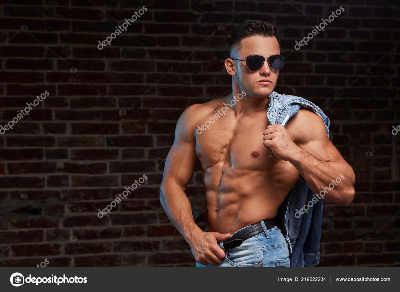 stilvolle sportlichen mann jeans kleidung jeans stil mode fur manner stockfoto