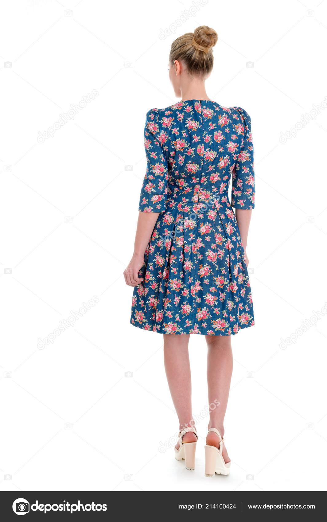 Krásná blondýnka s dlouhými vlasy v tmavé šaty a lodičkou sandály  celovečerní portrét od zadní izolované na bílém — Fotografie od  sasapanchenko.gmail.com 3674caeddc1