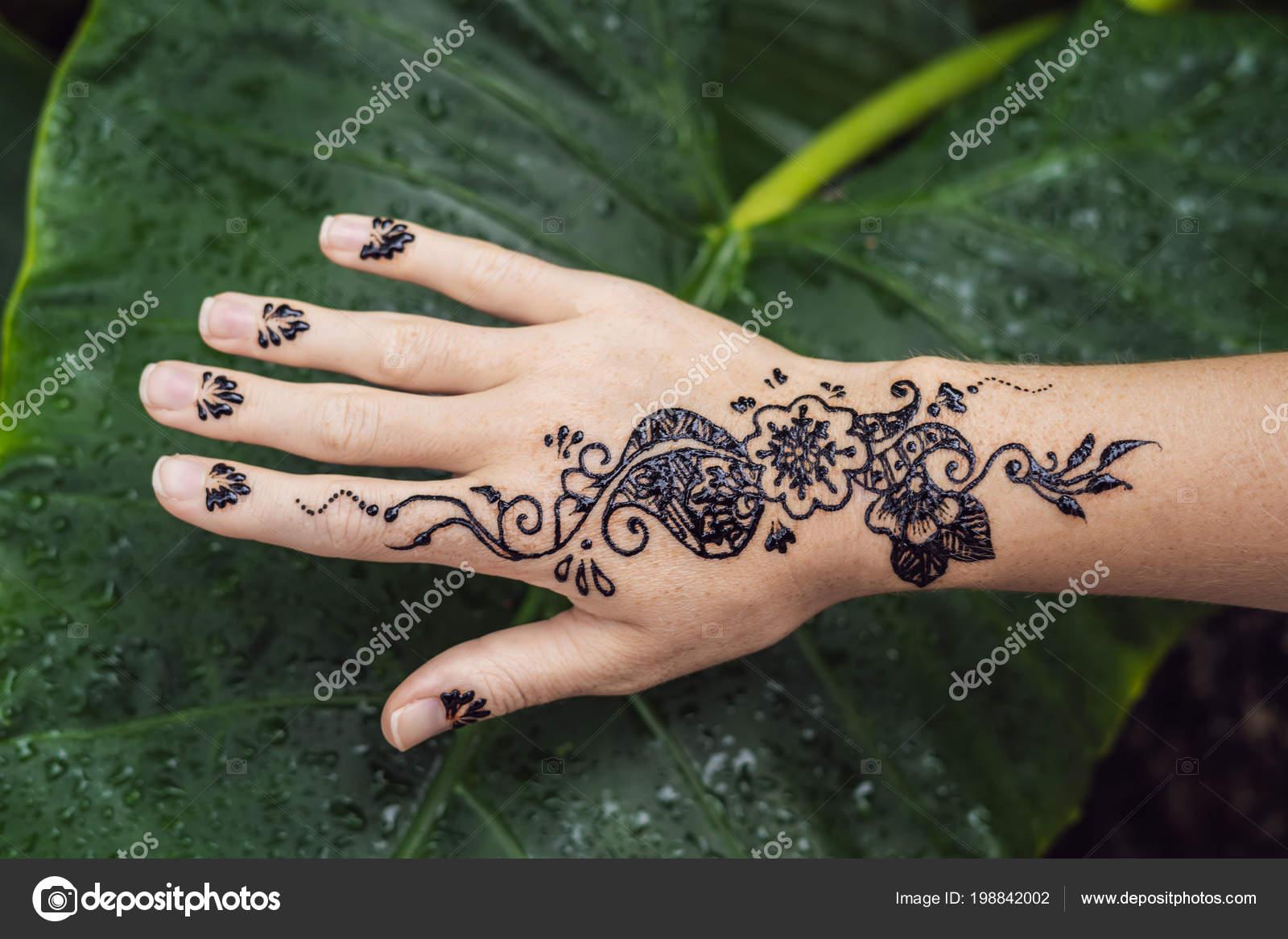 Photo Main Homme Decore Avec Tatouage Henne Mehendi Part Feminine