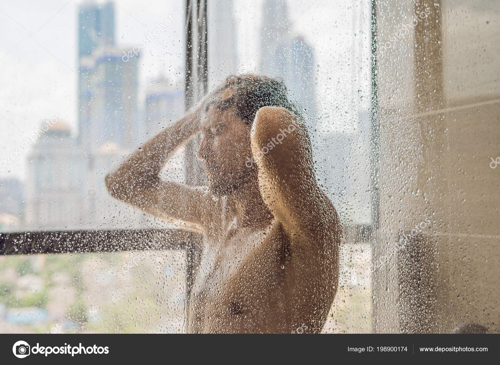 Przystojny Mężczyzna Pod Prysznicem Szybą Spada Tle Okna