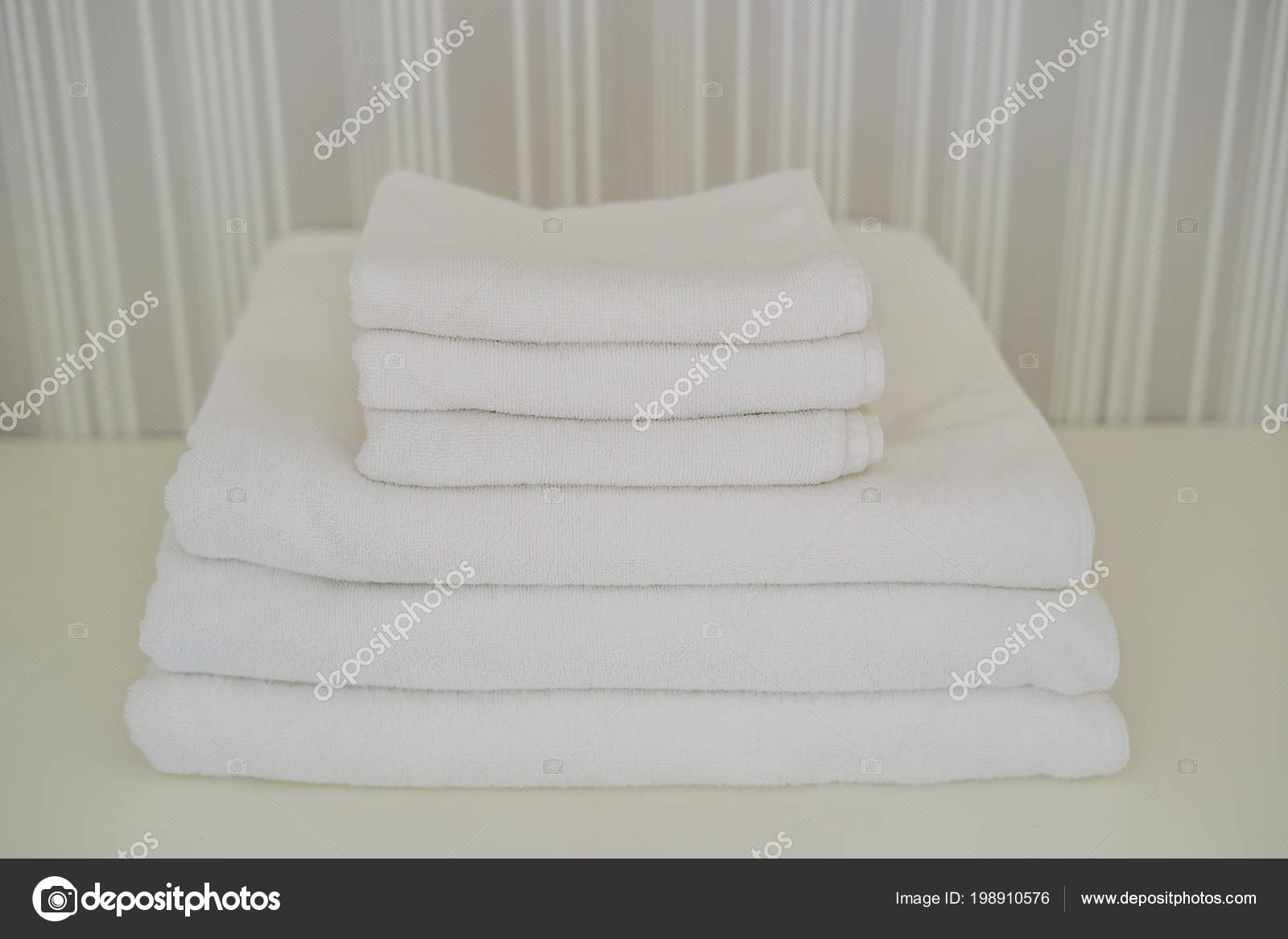 Stapel witte donzige handdoeken kast service het hotelconcept
