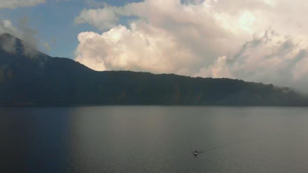 Letecký pohled na jezero Bratan u ostrova Bali, Indonasia