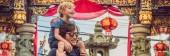 Fotografia Padre e figlio sono turisti sulla strada in stile portoghese Romani a Phuket. Chiamato anche Chinatown o sulla città vecchia. In viaggio con bambini concetto Banner, formato lungo