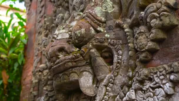 Podrobnosti o starých kamenných soch v Bali.