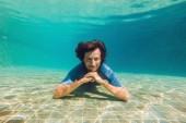 muž v dolní části fondu, on ponory pod vodou
