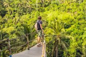 Photo rear view of Man traveler on view point by jungle, Bali, Indonesia.