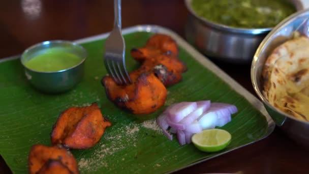 junge Frau und ihre Familie essen indisches Essen im Café