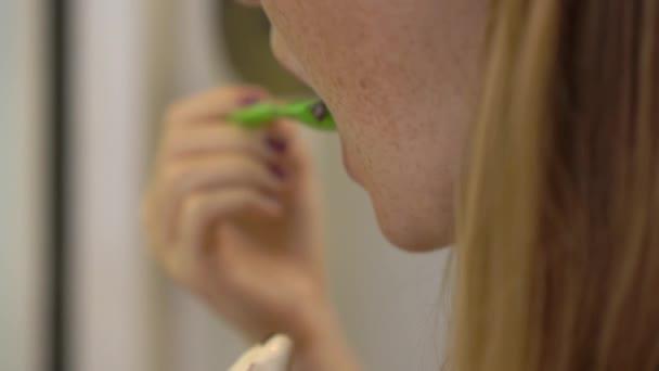 Nahaufnahme einer jungen Frau, die köstliches gefrorenes Joghurt-Eis isst.