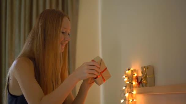 Zeitlupenaufnahme einer jungen Frau bei der Vorbereitung eines Adventskalenders