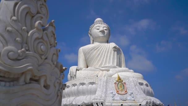 Na ostrově Phuketu se v té chvíli střídalo na sochu velkého Buddhy. Koncepce cestování do Thajska
