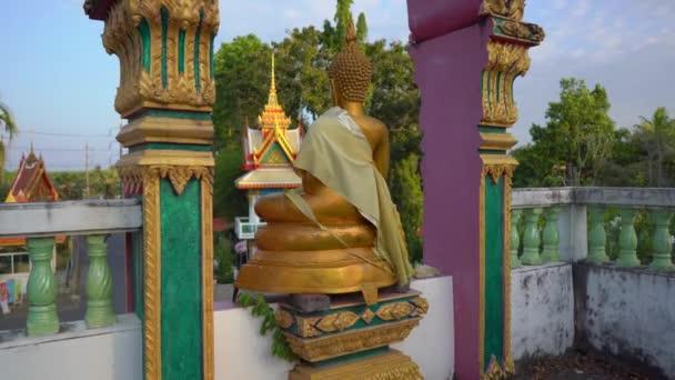 Steadicam lövés a kis Buddha szobrok a Wat Srisoonthorn templomban Phuket szigetén, Thaiföldön. Utazás Thaiföld koncepció