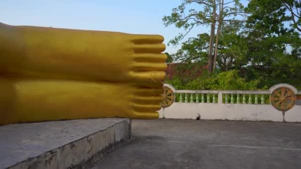 V chrámu Wat Srisoonthorn na ostrově Phuketu, Thajsko, byla sestřelena socha ležícího Buddhy. Koncepce cestování do Thajska