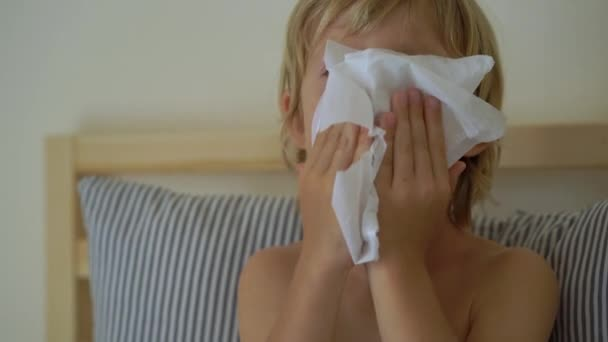 kranker kleiner Junge in einem Bett. Baby-Grippe-Konzept