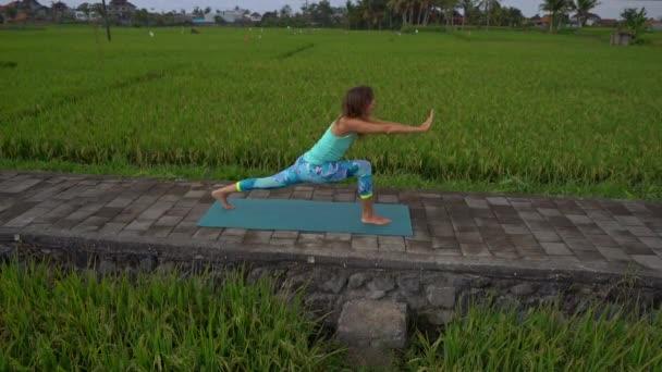 Pochůzí na mladé ženy s matematikou jóga procházkové krásnou rýžovou polí
