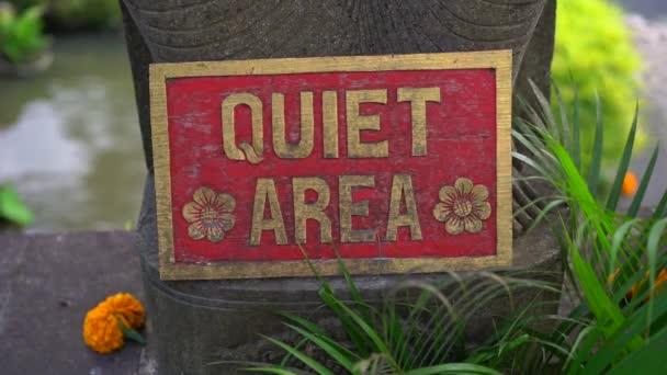 Zeitlupe Nahaufnahme des Parkplatzschildes in einem tropischen Spa