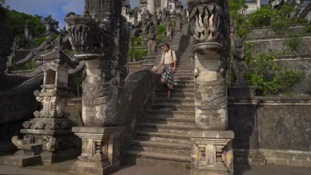 Zpomalení záběru muže turistické návštěvě Pura Lempuyang chrámu na ostrově Bali, Indonésie