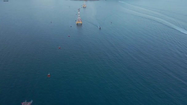 Slow motion letecké záběry lanovky nad mořem. Tato lanovka vede k zábavnímu parku Vinpearl nebo Vinwonders na ostrově