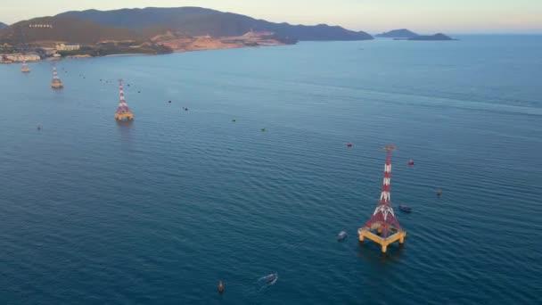 10.09.2020 - Nha Trang, Vietnam: Letecký záběr lanovky nad mořem. Tato lanovka vede k zábavnímu parku Vinpearl nebo Vinwonders na ostrově