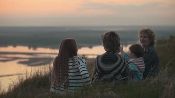 Famiglia su nonna vacanze, figlia di madre e figlio sulla collina, le zanzare volare al tramonto, primi piani