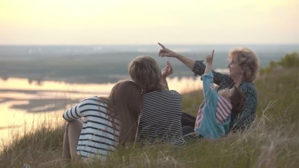 Famiglia felice in vacanza sulla collina, un ragazzino di morsi di zanzare al tramonto