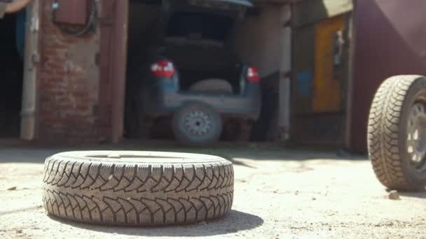Automobilové pneumatiky rohlíky na zem směrem k ležení sokolnickou garáž
