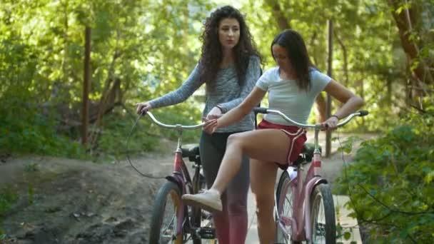 Kerékpárosok kommunikáció a parkban, süt a nap