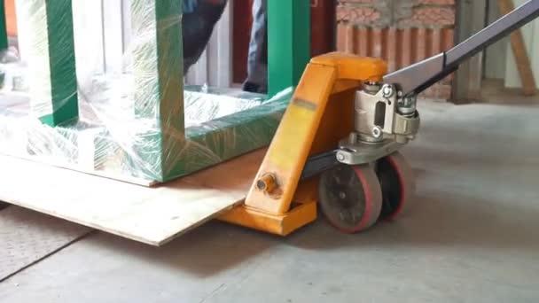 Trabajadores Hombres Tirando De Carro Con Estructura Metálica A Través De La Fábrica