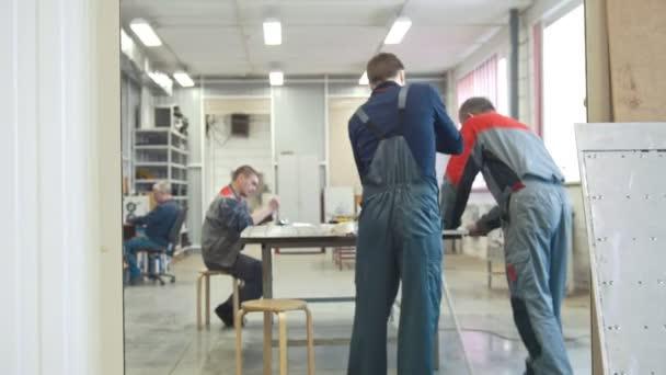Mužských zaměstnanců na výrobu Cnc strojů, čištění pracovního prostoru