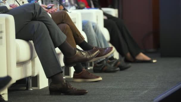 Fotografie Beine von Menschen, die Redner auf der Konferenz
