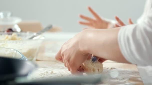 Žena ruce formy domácí lívanečky z tvarohu
