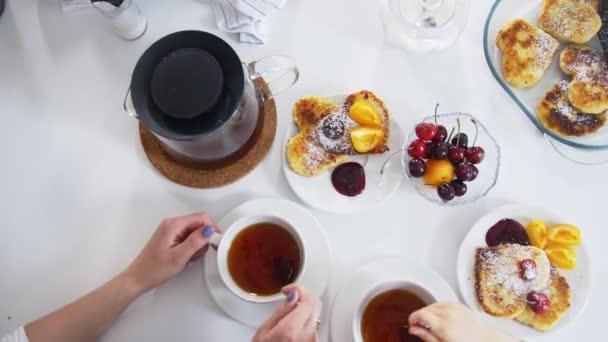 Anya lánya teát inni, a cseresznye és a palacsinta