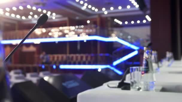 Fotografie Mikrofon auf der Bühne vor leeren Auditorium - Business-Konferenz