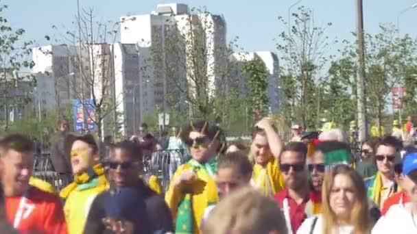 Kazan, Rusko - 16 Červen 2018: Mistrovství světa ve fotbale 2018 - fanoušci z různých zemí mají ventilátor po zápas Francie-Austrálie