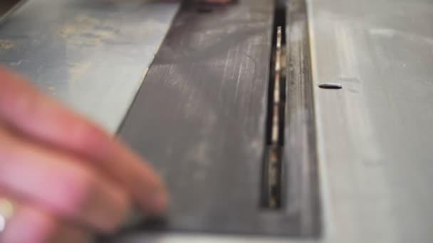 Pracovní mužské ruce práce se šroubovákem v truhlářské dílně