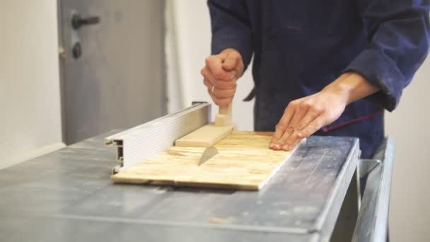 Tesař, zpracování dřeva detaily pomocí průmyslové řezačky