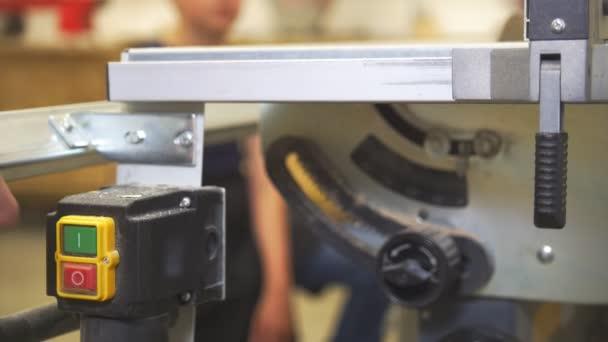 Truhlářské pracuje se dřevem na tesařské stroje v dílně