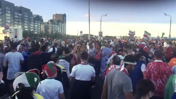 Kazan, Rusko - 20 června 2018: Mistrovství světa ve fotbale 2018 - dav fanoušků Írán slaví před fotbalová soutěž Írán-Španělsko poblíž stadionu