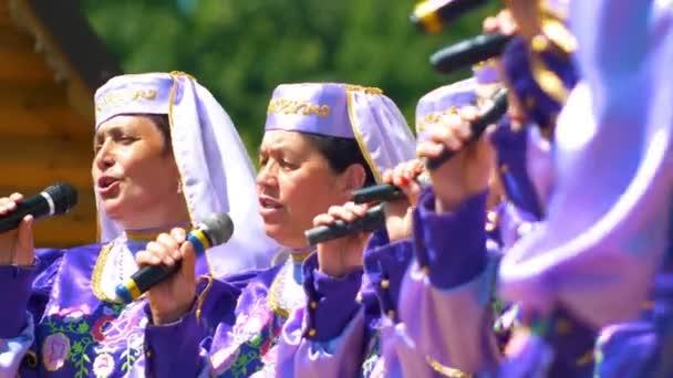 Kazan, Rusko - 23 června 2018: Tradiční tatarština festival Sabantuy - Chodské ženské vokální ansámbl, Zralé ženy zpívají písně