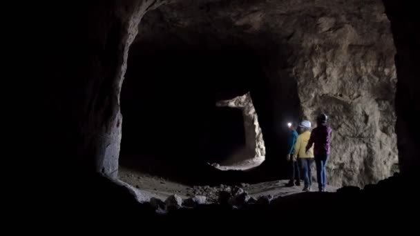 Three children with lanterns explores the cave