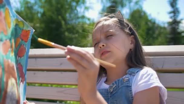 Holčička je akvarel malování venku