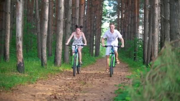 Kaukázusi, fiatal pár szórakozik élvezi a kerékpározás erdő