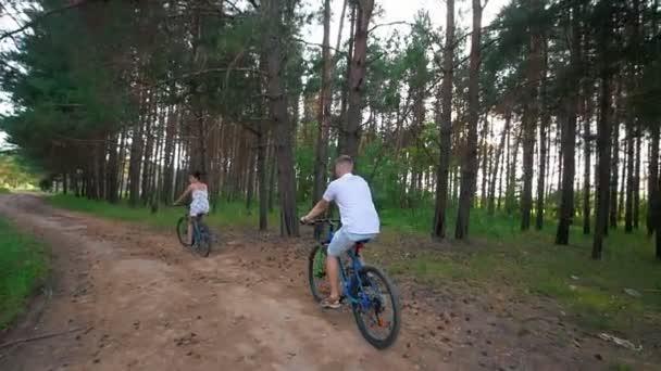 Kerékpáros az úton, a nyári mező, a boldog fiatal pár