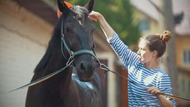 Boldog, fiatal nő, fröccsenő víz a Fekete ló szabadban