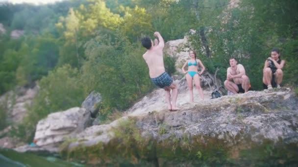der Salto-Sprung in den Fluss mit einer Klippe in der Natur, Zeitlupe